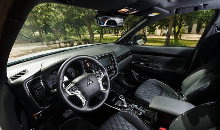 de premiumaspiraties zijn ook zichtbaar in het interieur de duurdere uitvoeringen van de outlander phev de 46990 euro kostende instyle en de s edition
